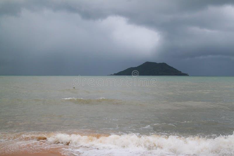 A tempestade em tropical no mar em Tailândia fotos de stock