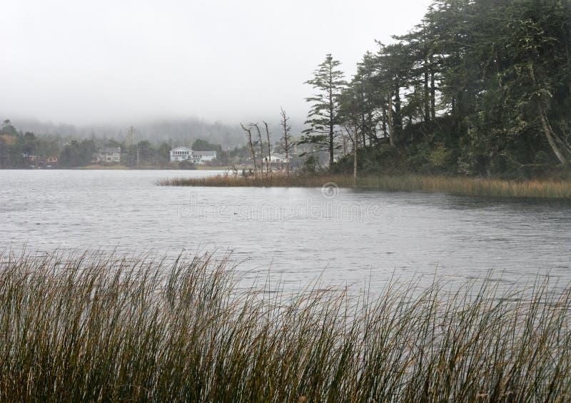Tempestade em uma cidade costeira pequena foto de stock
