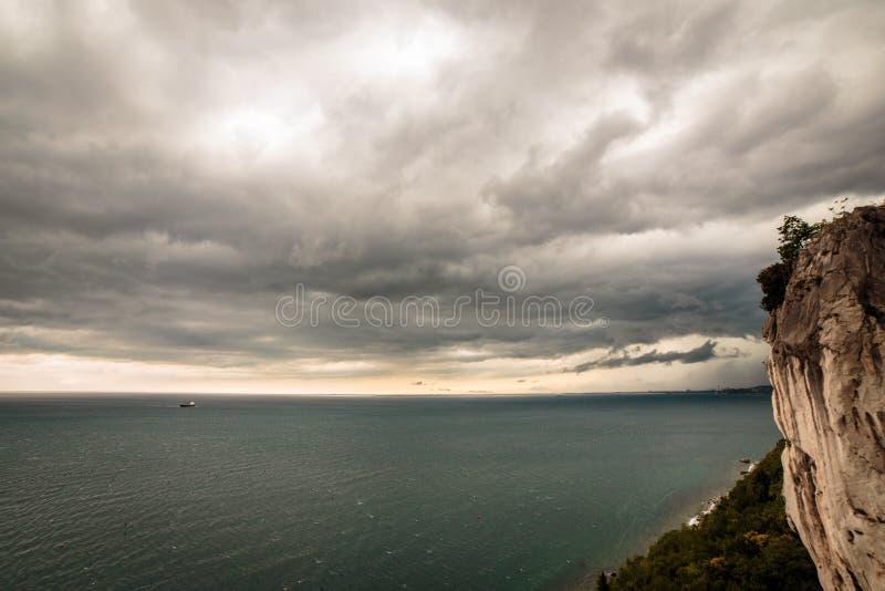 A tempestade está vindo no golfo de Trieste foto de stock
