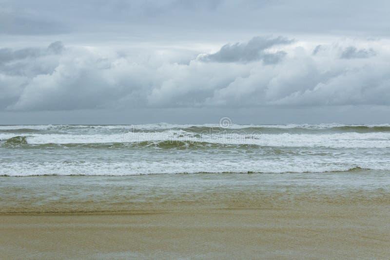 a tempestade na praia imagens de stock