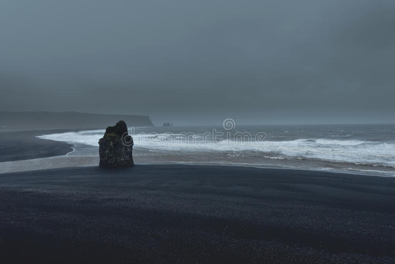 A tempestade na praia preta de Vik, Islândia imagens de stock