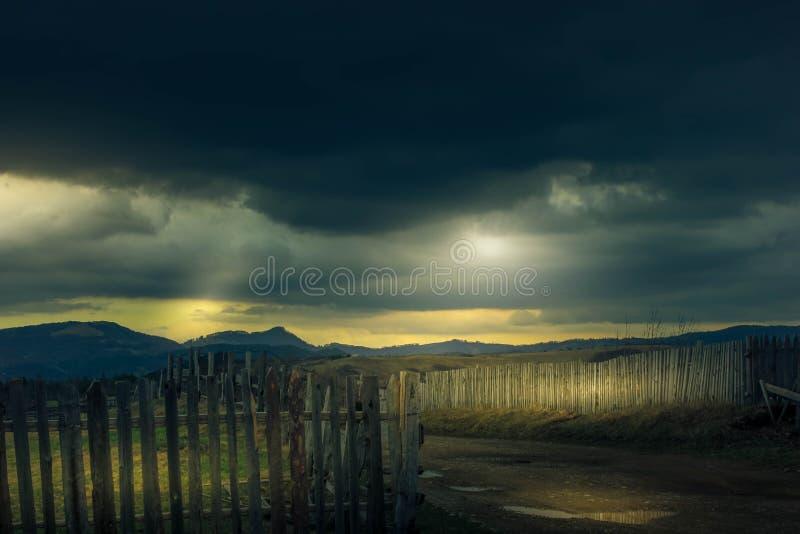 Tempestade nas montanhas imagem de stock