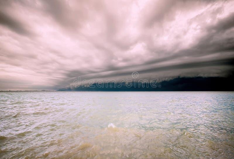 Tempestade nebulosa no mar antes da chuva nuvem de tempestades do furacão acima do mar Estação da monção Furacão Florença Furacão foto de stock royalty free