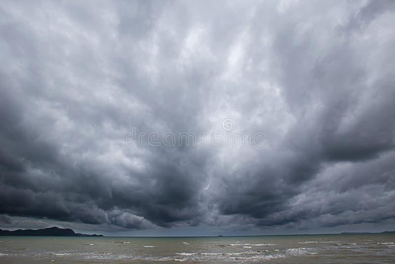Tempestade nebulosa no mar antes de chuvoso imagens de stock