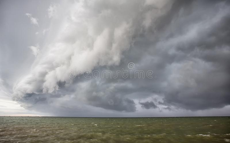 Tempestade nebulosa no mar antes de chuvoso nuvem de tempestades do furacão acima do mar imagens de stock
