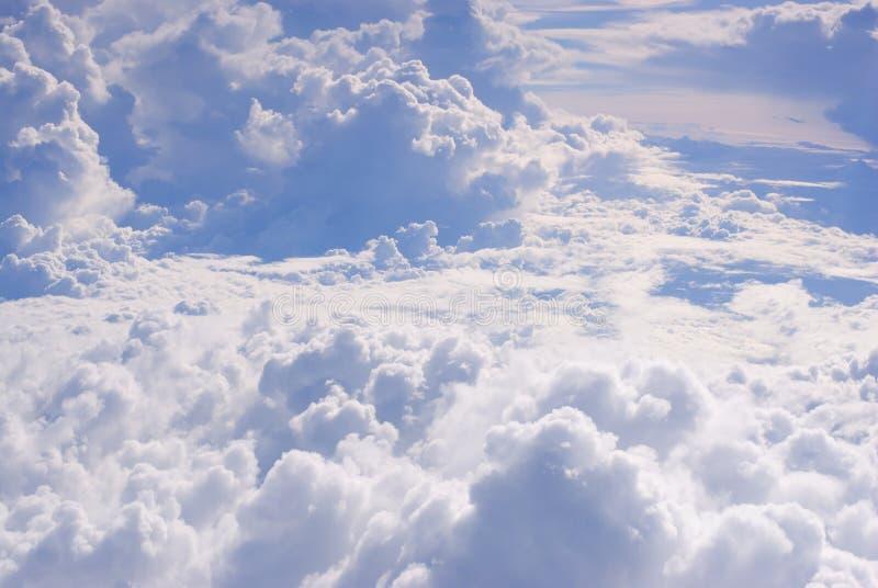 Tempestade nebulosa sobre o céu no dia ensolarado fotografia de stock