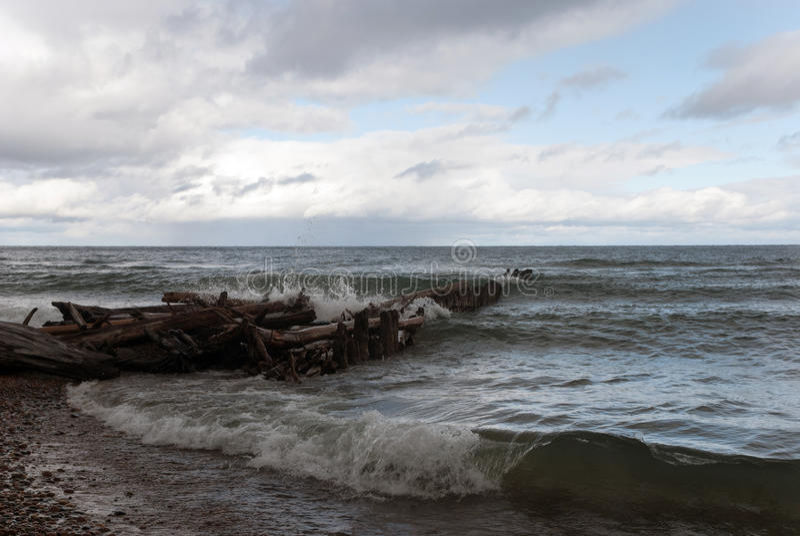 A tempestade no Lago Superior, praia do ponto do peixe branco, o Condado de Chippewa, Michigan, EUA imagem de stock