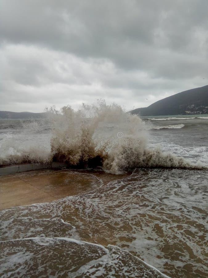 Tempestade no mar, cais pelo mar imagens de stock