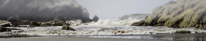A tempestade no mar como a névoa rola dentro