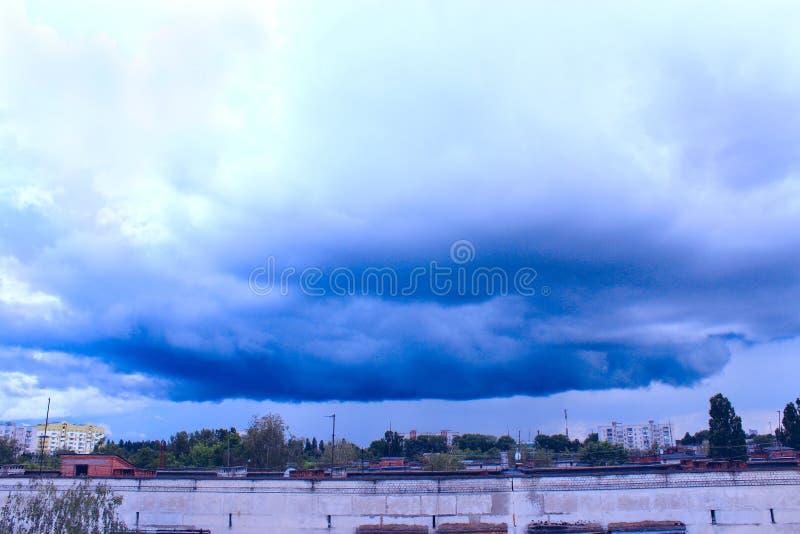 Tempestade-nuvem acima da cidade foto de stock royalty free