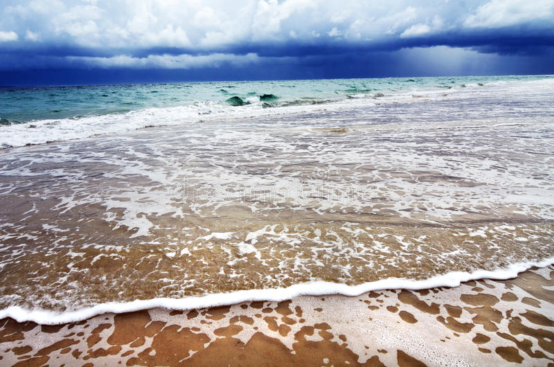 Tempestade perigosa tropical sobre a praia da água do oceano foto de stock