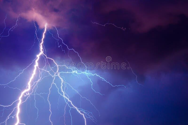Tempestade pesada que traz o trovão, os lighnings e a chuva fotos de stock