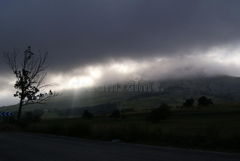 Tempestade que vem para baixo das montanhas fotografia de stock