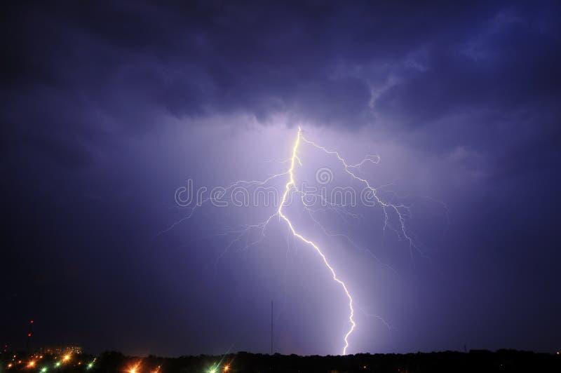 Tempestade sobre a cidade imagem de stock