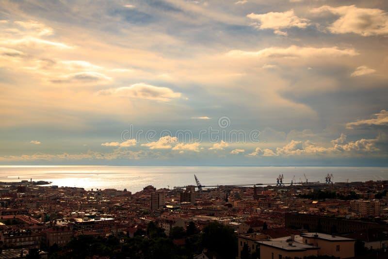 Tempestade sobre a cidade de Trieste imagens de stock