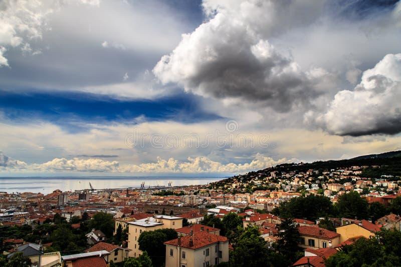 Tempestade sobre a cidade de Trieste foto de stock