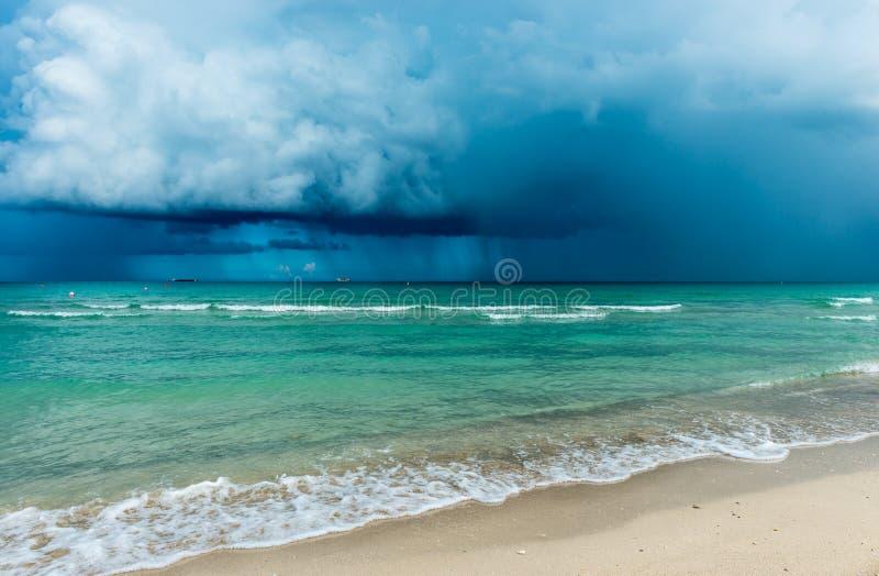 Tempestade sobre o oceano EUA imagens de stock