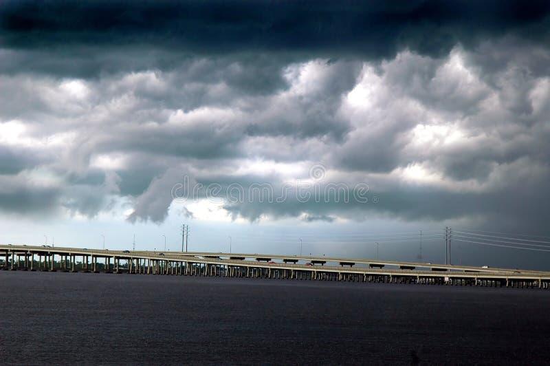 Tempestade sobre a ponte imagem de stock