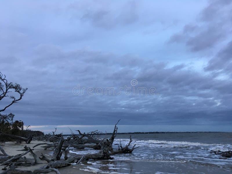 Tempestade sobre a praia imagens de stock