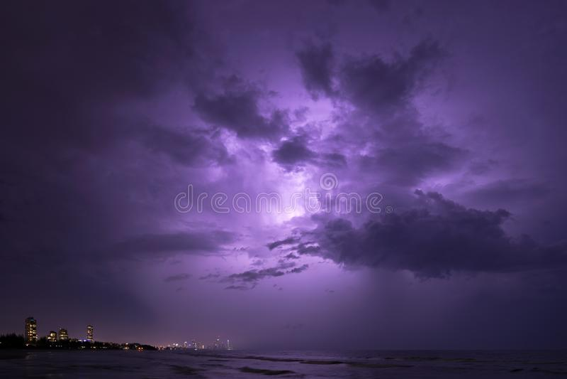 Tempestade sobre surfistas paraíso, Gold Coast Austrália imagens de stock royalty free