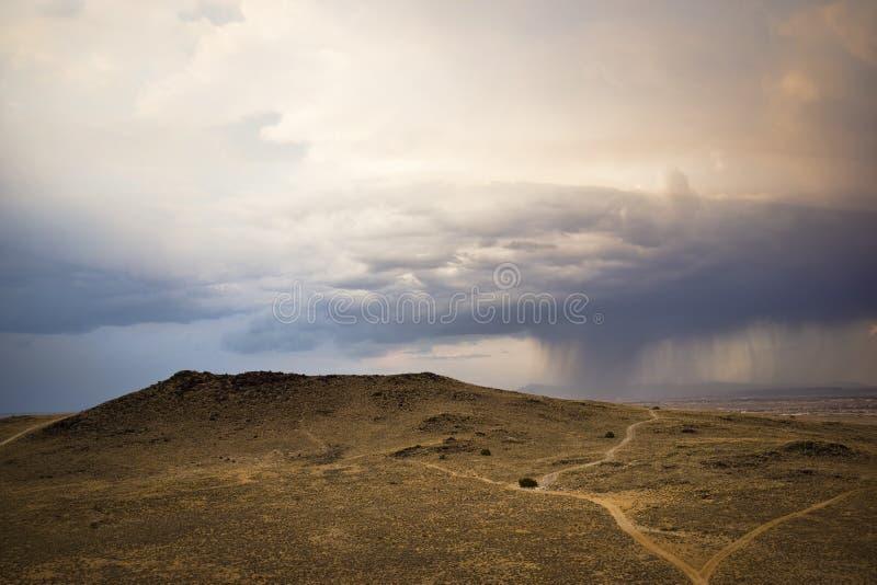 Tempestade sobre vulcões do deserto em New mexico fotos de stock