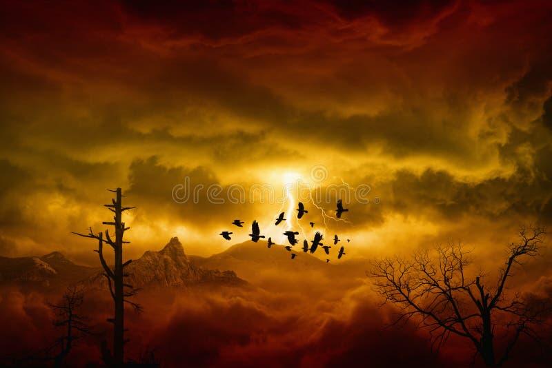 Tempestade vermelha nas montanhas fotografia de stock