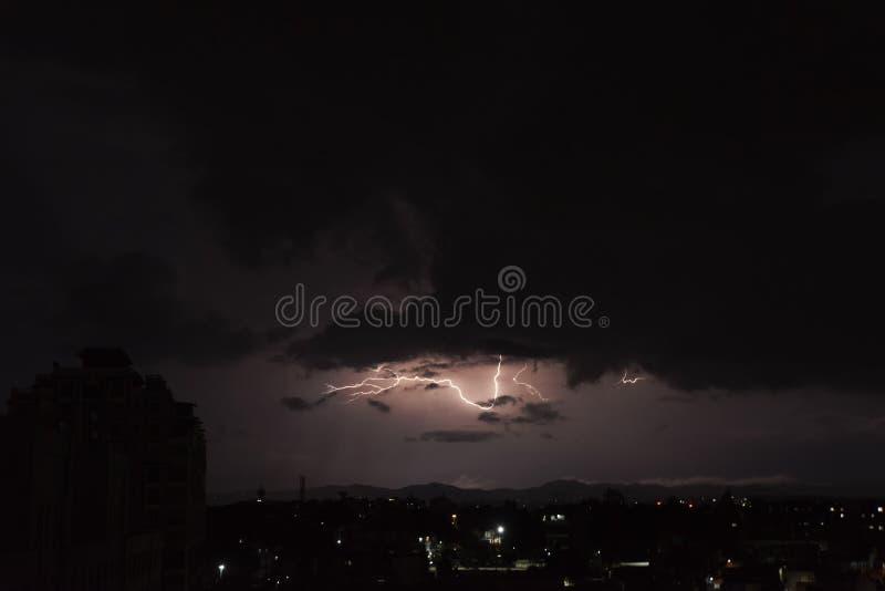 Tempestades do trovão nas noites ventosas do horror imagens de stock royalty free