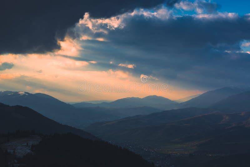 Tempestoso drammatico si rannuvola la valle della montagna immagini stock libere da diritti