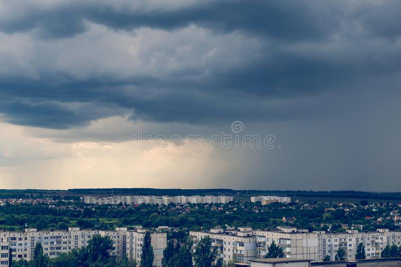 Tempestoso si rannuvola la città prima della tempesta, tonificata fotografia stock libera da diritti