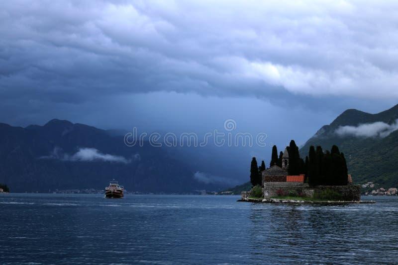 Tempestuoso en la bahía de Kotor fotos de archivo