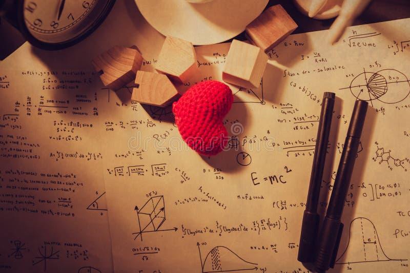Tempi d'annata di equazioni di per la matematica di amore che pensano teoria di calcolo immagine stock libera da diritti