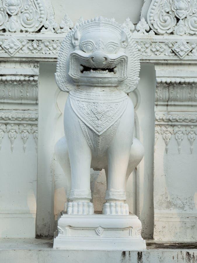 Tempiale antico della scultura del leone del guardiano fotografia stock
