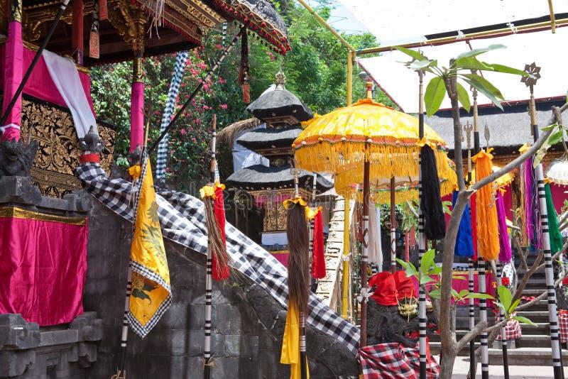 Tempiale, decorato alla festa. L'Indonesia, Bali. fotografia stock