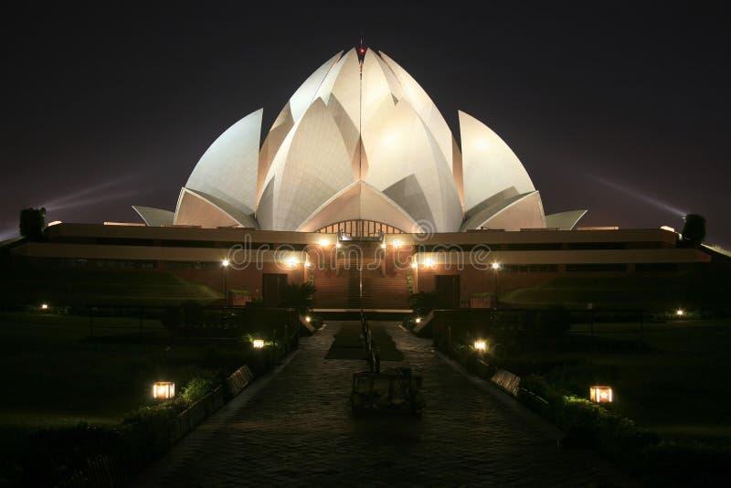 Tempiale del loto di Bahai alla notte a Delhi fotografia stock