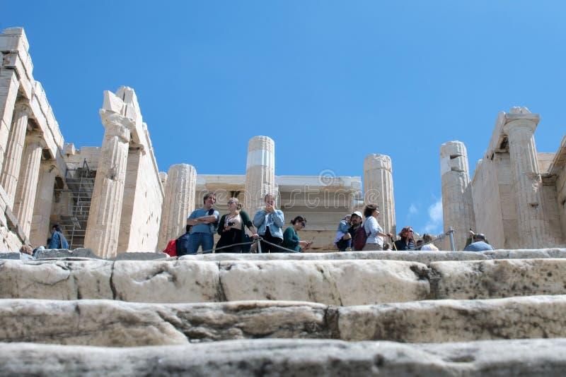 Tempiale 3 dell'Apollo Acropoli: I turisti fra le rovine dell'acropoli prendono le immagini delle viste ed esaminano il capitale  immagine stock libera da diritti