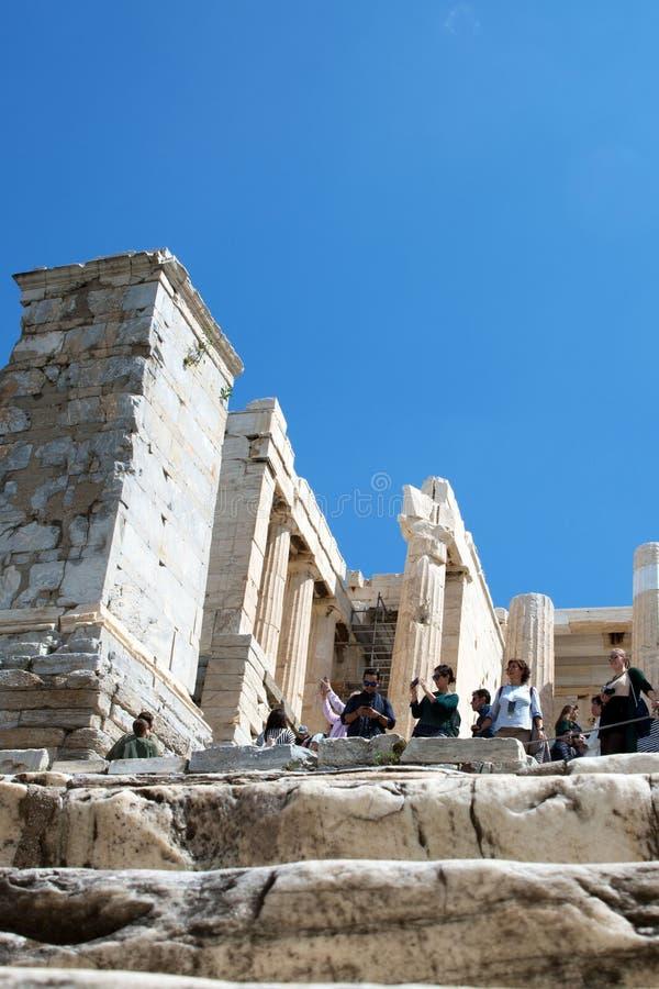 Tempiale 3 dell'Apollo Acropoli: I turisti fra le rovine dell'acropoli prendono le immagini delle viste ed esaminano il capitale  fotografia stock
