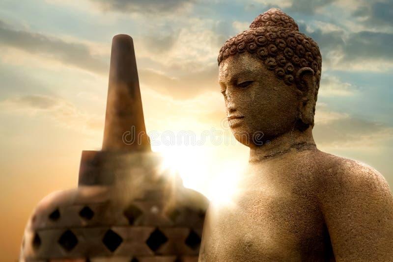 Tempiale di Borobudur Statua di Buddha contro lo sfondo dell'alba Java Island l'indonesia fotografia stock