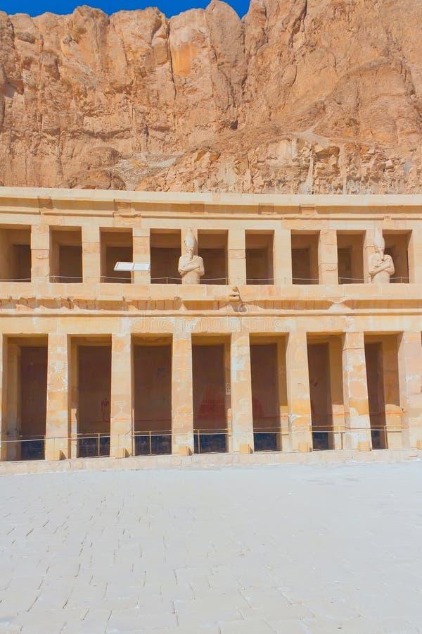 Tempiale di Hatshepsut vicino a Luxor (Egitto) - vert fotografie stock libere da diritti
