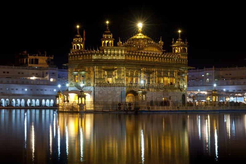 Tempiale dorato alla notte, Amritsar, India fotografia stock