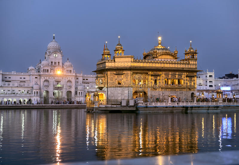 Tempiale dorato di Amritsar alla notte fotografie stock