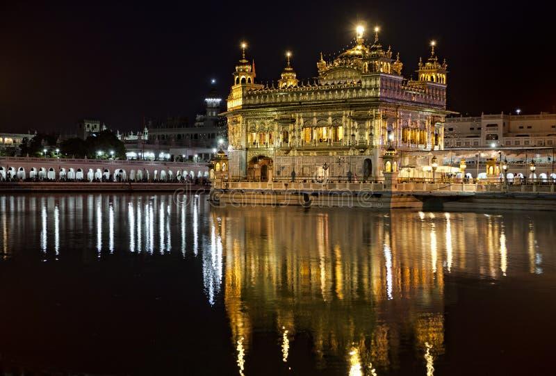 Tempiale dorato sikh di Amritsar alla notte immagine stock