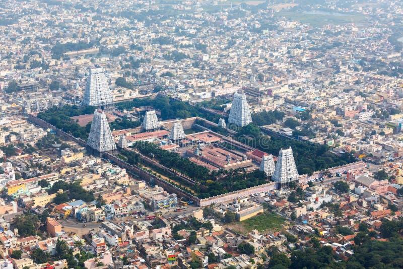 Tempiale indù e vista aerea della città indiana fotografia stock
