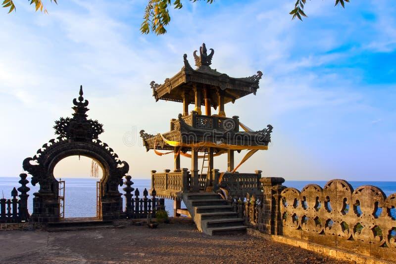 Tempiale sopra l'oceano su un tramonto. L'Indonesia. Bali fotografia stock