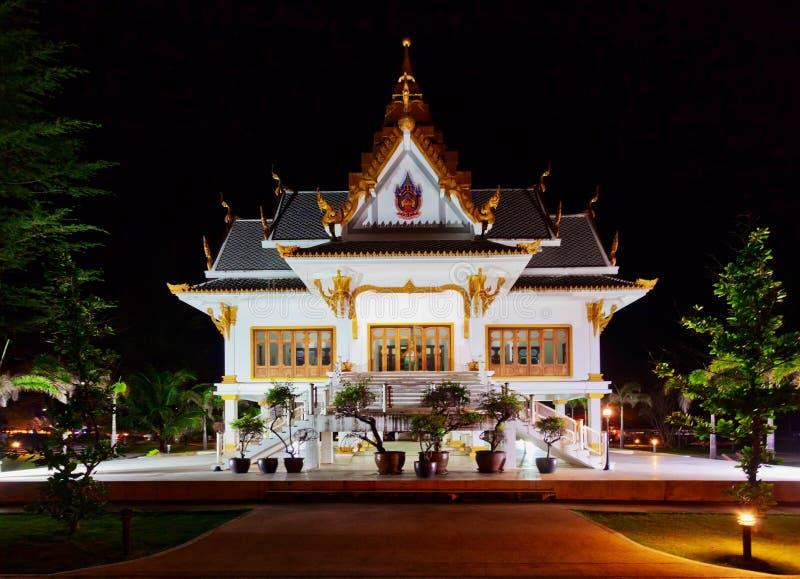 Tempiale tailandese alla notte immagine stock libera da diritti