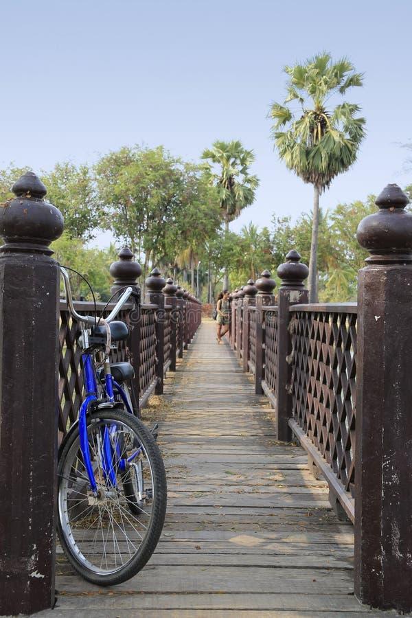 Tempie d'esplorazione di sukhothai in bicicletta immagine stock libera da diritti