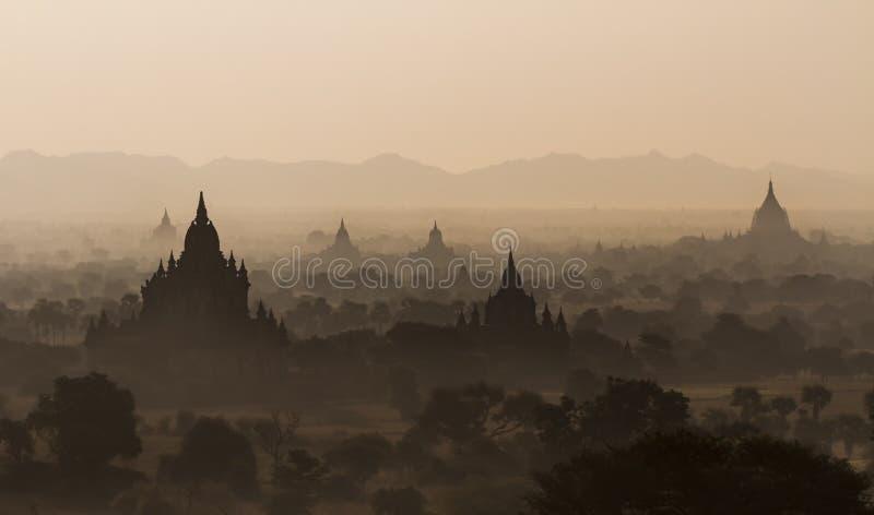 Tempie di Bagan durante l'alba, Myanmar fotografie stock libere da diritti