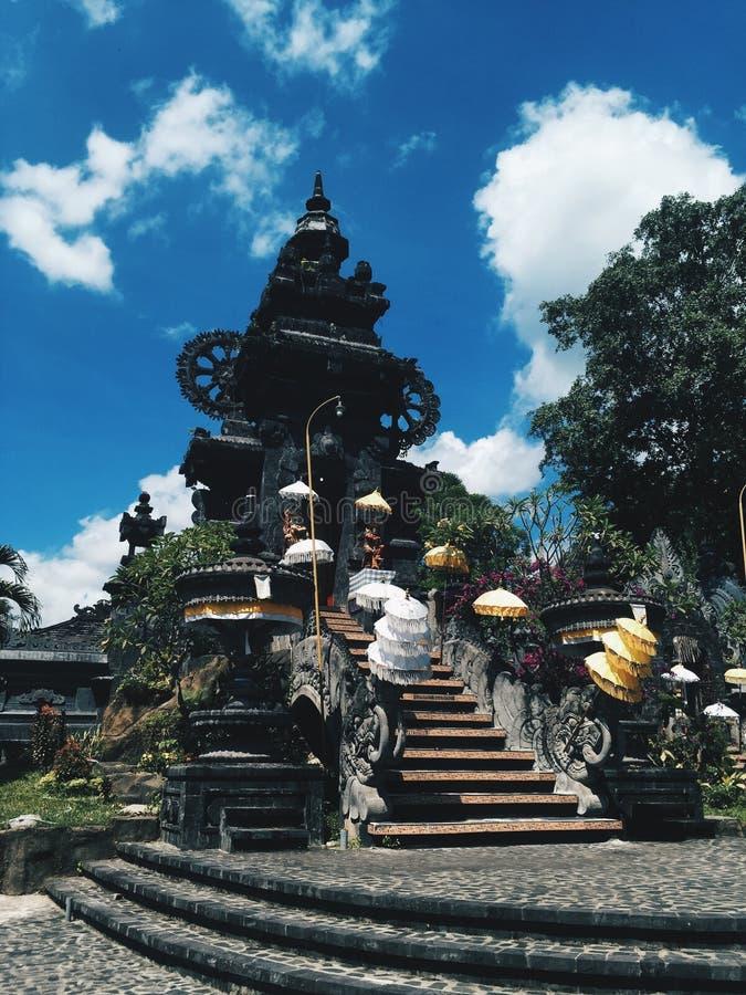 Tempio al giorno soleggiato, isola di Bali dell'Indonesia fotografia stock