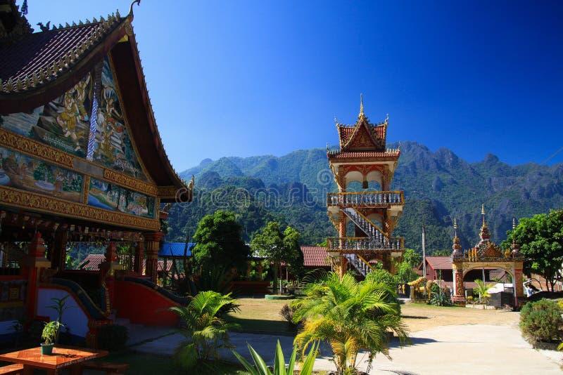 Tempio buddista con le montagne di morfologia carsica - Vang Vieng, Laos fotografie stock