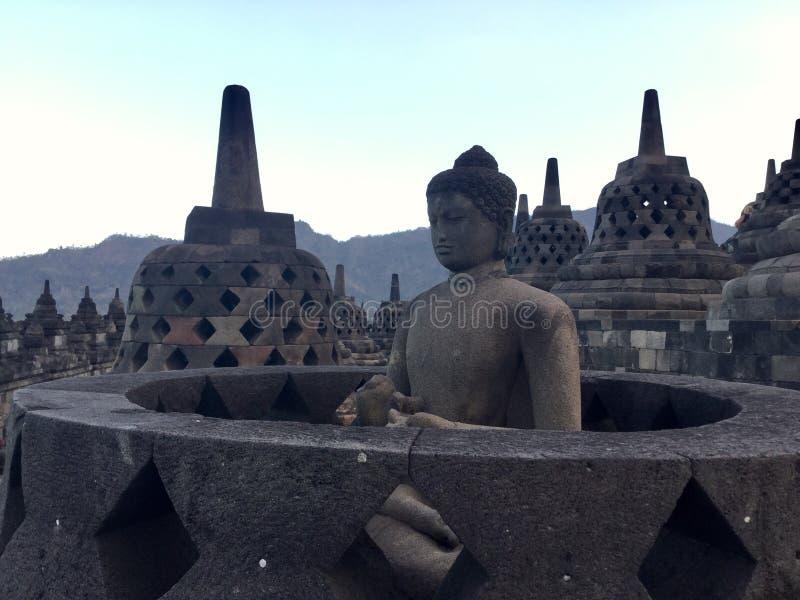 Tempio buddista di Borobudur con la montagna di Merapi ai precedenti Vicino a Yogyakarta su Java Island, l'Indonesia immagine stock libera da diritti