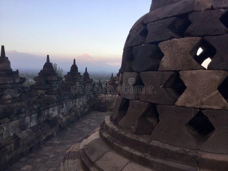 Tempio buddista di Borobudur con la montagna di Merapi ai precedenti Vicino a Yogyakarta su Java Island, l'Indonesia fotografia stock libera da diritti